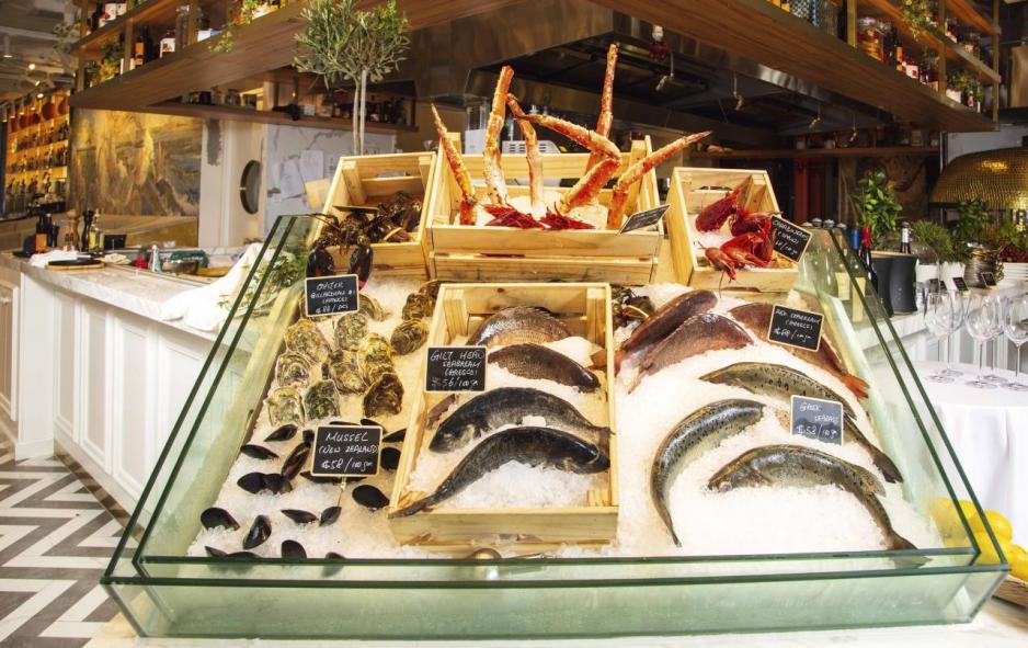 餐廳特地在吧枱旁設置了Raw Bar,放滿各式各樣的時令海鮮,採訪當天所見有法國生蠔、紐西蘭青口、希臘鱸魚、加拿大龍蝦、俄羅斯帝王蟹等,任君選擇。