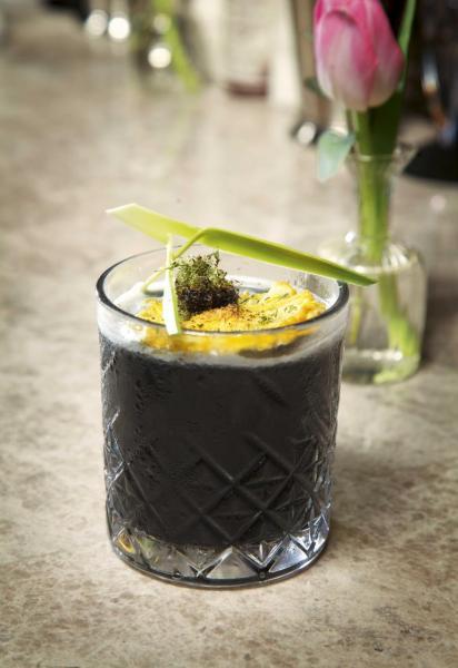 Black Mamba:糅合了苦酒、菠蘿味冧酒、斑蘭糖水,最特別是加入了食用炭,甜中帶點微酸,入口清新。
