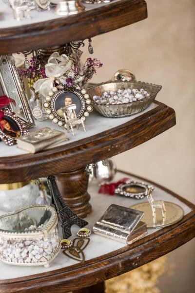 Ashley親自從世界各地搜羅各式銀器、古董裝飾品作擺設。