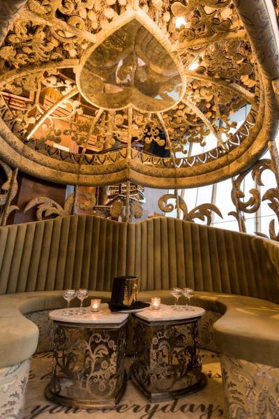 Ashley特意將廂座的金屬框架塑造成透銀的外觀,再配合以天鵝絨包裹著的座位,感覺優雅。