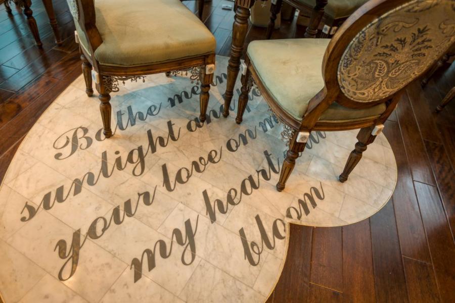 一個個刻有情書摘錄的心形雲石地板亦相當吸睛,雲石瓷磚上亦刻有綿綿情話。
