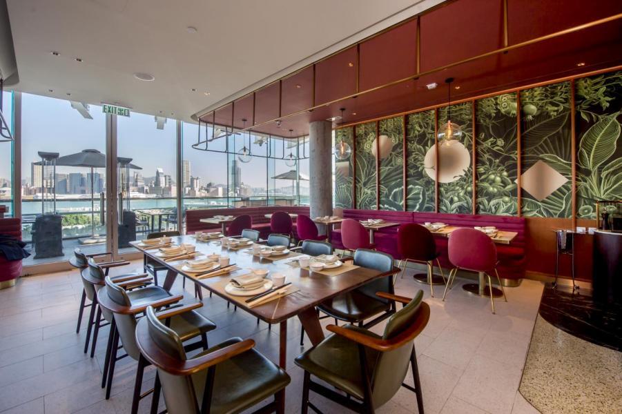 設計師採用深沉的瑪薩拉紅色、時尚的古銅色作主調,再加上一道以大自然為主題的特色牆,營造出優雅舒適的用餐環境。