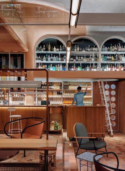 餐廳珍藏了超過400支琴酒,酒吧區更設有大型琴酒柱,注有12公升的自家釀製的菊花普洱、迷迭香、煎茶、薰衣草琴酒。(photo credit: Jonathan Leijonhufvud)