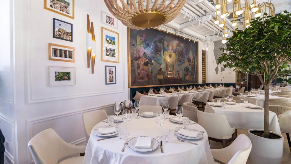 牆上亦掛有不少當地名勝的風景照片,再配合設計時尚的吊燈及落地玻璃窗,帶來優雅舒適的用餐氣氛。