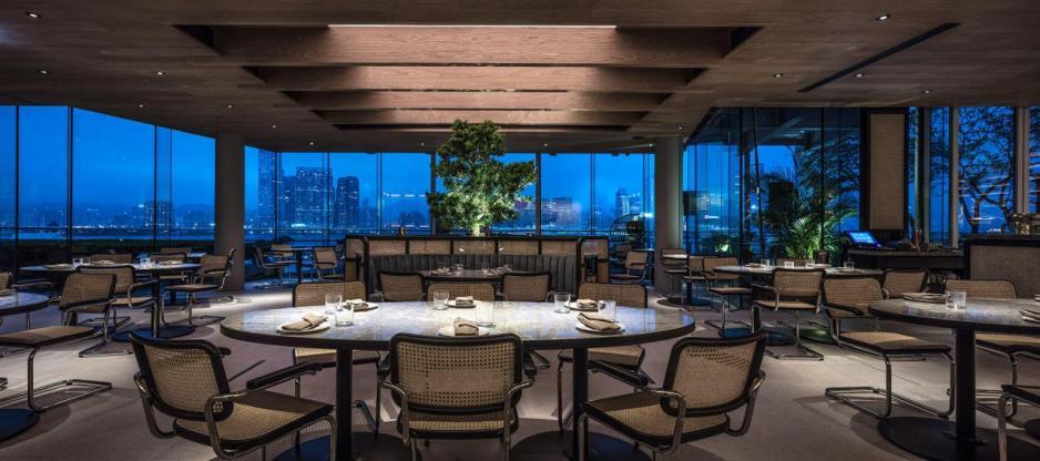 餐廳佔地5,000平方呎,再加上落地玻璃窗設計,空間感十足。
