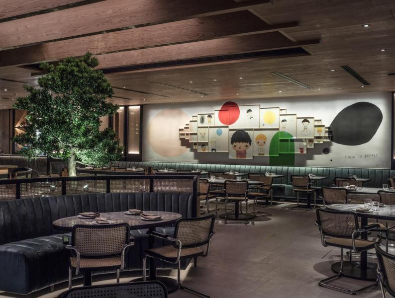 牆上掛著知名畫家Javier Calleja的作品,成為了餐廳的一大亮點。