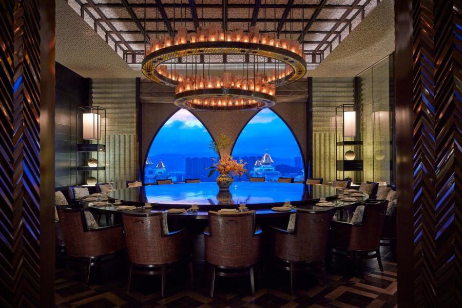 高級粵菜食府麗軒位於澳門麗思卡爾頓酒店51樓,居高臨下飽覽澳門天際美景。