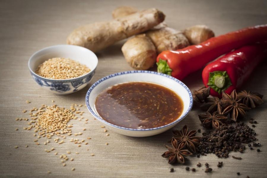 台式滷汁在華人飲食界中有相當的地位,是不少亞洲人喜愛的家常味道。如何將習以為常的調味與特級燒牛肉配合?使用芝麻、麻油、花椒八角等香料跟豉油一起熬製,稍微抹在燒牛肉之上,務求帶給食客舌尖上的升級體驗。