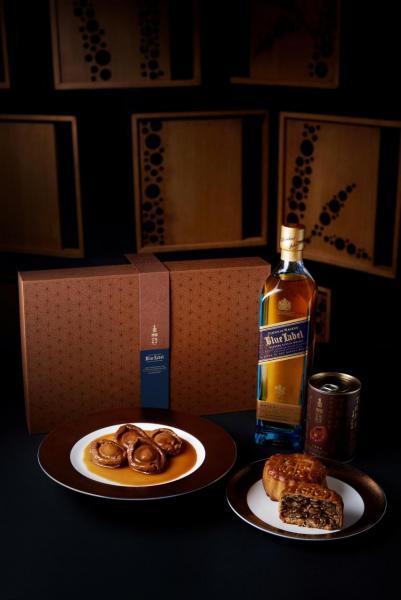 限量中秋禮盒(HK$2,988):西班牙火腿月餅(兩個裝)、紅燒乾鮑(乙罐)、Johnnie Walker Blue Label Whisky 750ml