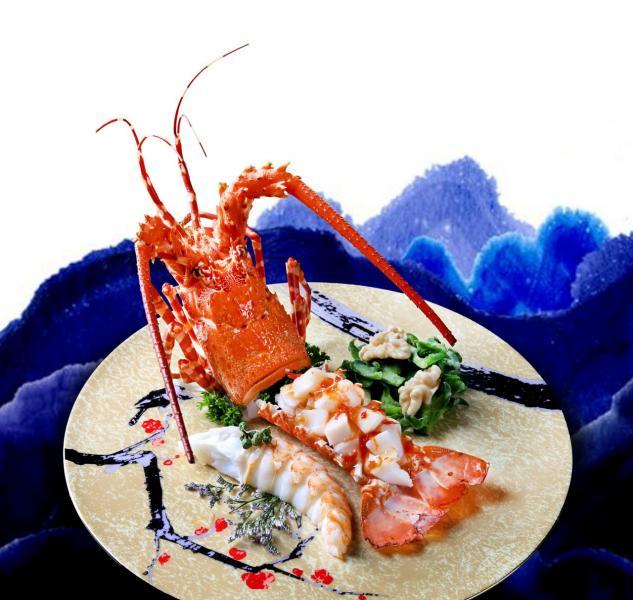 龍蝦雙式涼拌:選用6至8両重的新鮮龍蝦,將龍蝦肉分成兩半,分別配以自製酸甜醬及秘製泡椒汁,前者清爽開胃,後者則香辣惹味。
