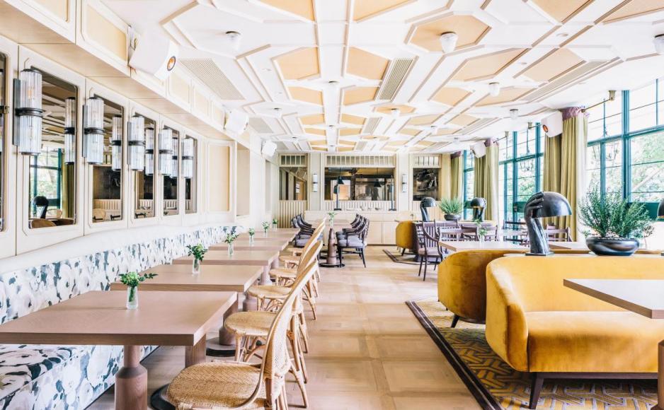 沿著鋪有綠色地毯的階梯走到上層的用餐區Dining Room,Andre採用象牙色作主調,配襯芒果黃色天鵝絨沙發、淺橄欖色天鵝絨窗簾,再加上從窗戶透入的自然光,打造出溫暖優雅的氣氛。