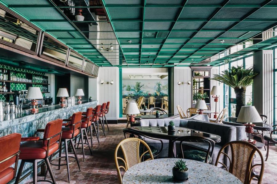 位於地下的酒廊Parlour,Andre以藤椅、原裝Thonet椅子搭配大理石吧枱,再加上到處可見的仙人掌、棕櫚樹等綠色植物,營造出熱帶風情。(photo credit: Mitch Geng)