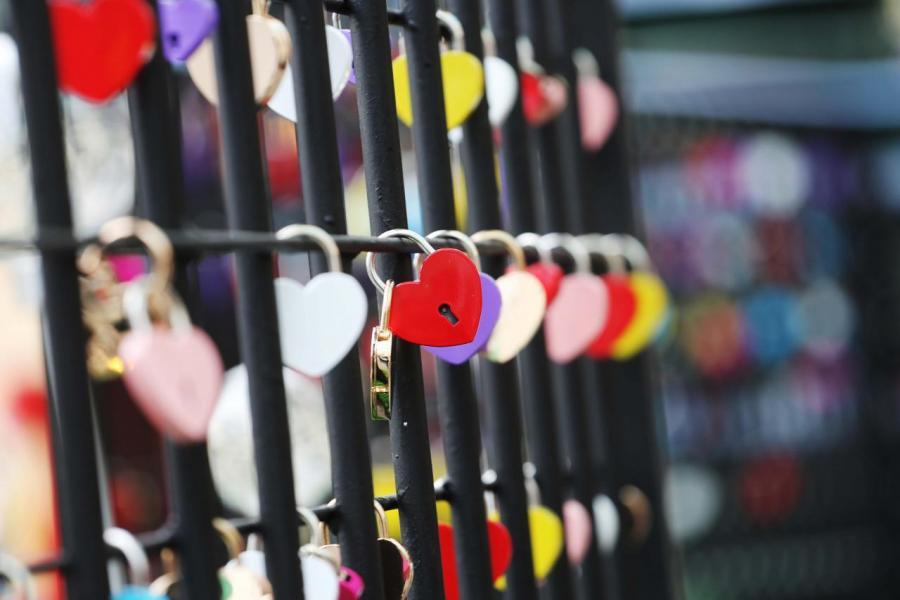 扣在聖誕大橋柵欄的慈善愛心鎖。