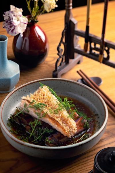 Amadai:大廚將甘鯛魚微烤,再伴以入口香脆的魚皮,以及炆茄子和黑豆,口感充滿層次。