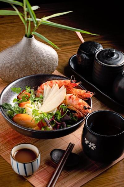 Kuruma Prawn Salad:於北寄貝、虎蝦和甜梨上淋上冰凍的日式高湯,讓人胃口大開。