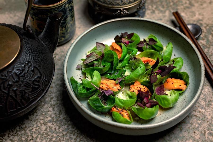 Uni:以海膽搭配椰菜仔、法式酸奶油、豉油,海膽的鮮甜與椰菜的苦澀形成了強烈對比。