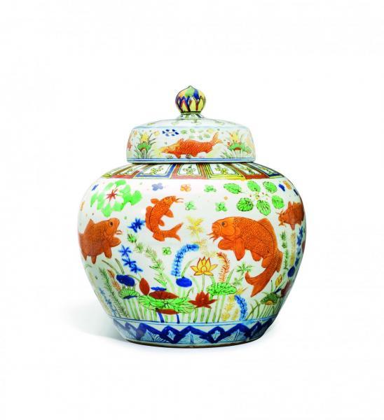 明嘉靖五彩魚藻紋蓋罐以213,850,000港元成交