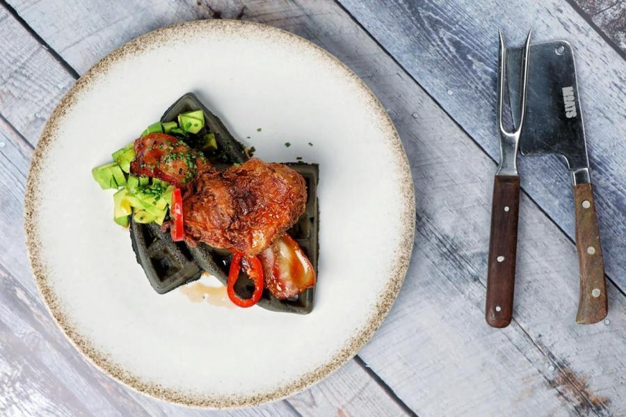 Chicken waffle:皮脆肉嫩的燒雞伴以鬆脆的黑炭窩夫,再淋上蜜糖辣椒仔醬汁、牛油果蓉和香蔥,口感極富層次!