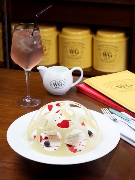 甜品:波本香草紅茶雪糕蛋白酥配莓果雪葩