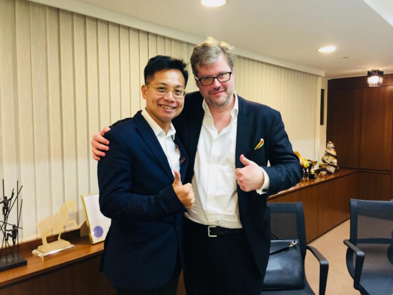 王俊文(左)與Tom Blackwell(右)合照。