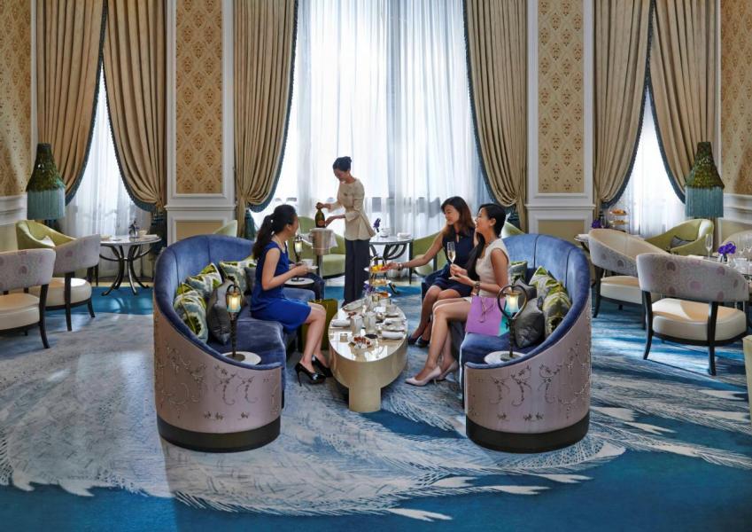 在The Jade Lounge品嚐深受城中名媛貴婦愛戴的三層架英式下午茶,悠閒寫意地談天說地,不知不覺間便消磨了一整個下午。