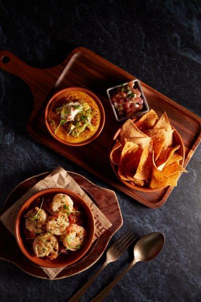 (上至下)墨西哥粟米片拼盤、煎虎蝦配辣肉腸燴白豆
