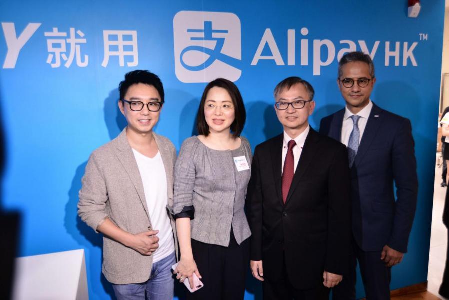 陳婉真(左二)表示現時支付寶香港用戶已達一百五十萬戶。
