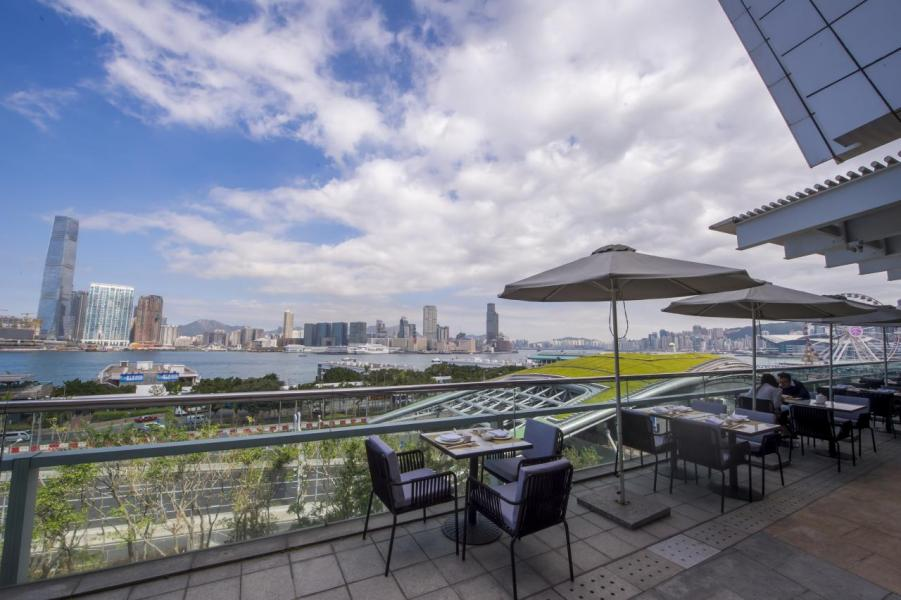 飽餐一頓後,走到寬敞開揚的室外用餐區,維港的迷人景緻一覽無遺。