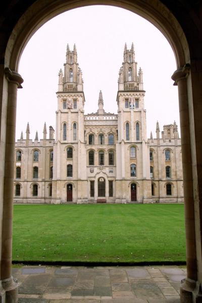 當地採用英式教育,小孩高中畢業後可輕鬆進入英國牛津等名校。