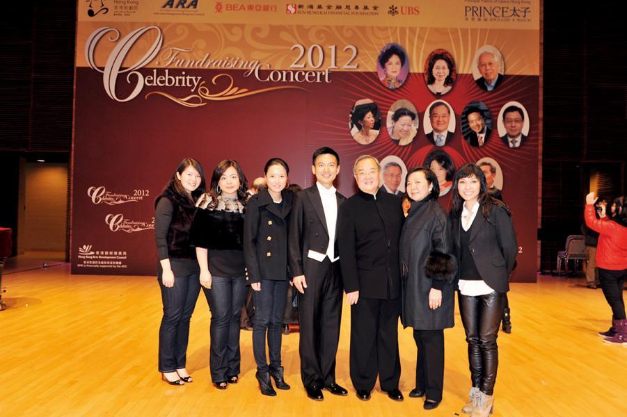 2012年間出席的一個慈善演出上與嘉賓合照。