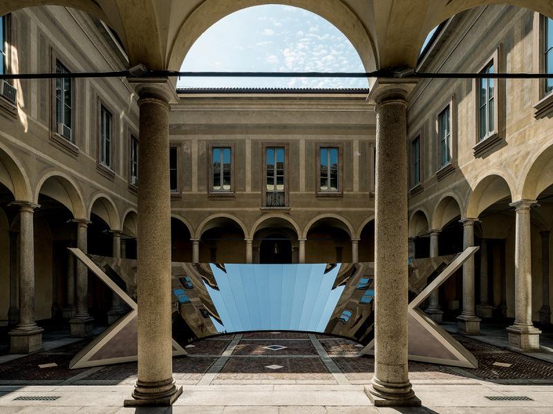 Palazzo Isimbardi是一座16世紀建築物,藝術家匠心獨運地以鏡子裝置為主要媒介,帶來名為Open Sky的作品