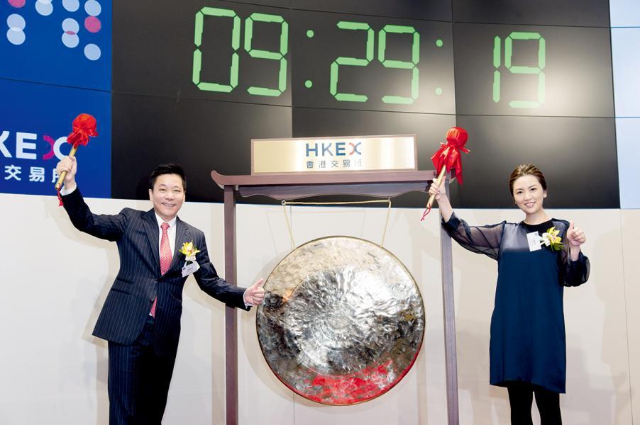 在上市當日,東京中央拍賣的創辦人兼主席安藤湘桂及副主席安藤惠理一同敲響銅鑼,象徵公司正式在港交所掛牌上市。