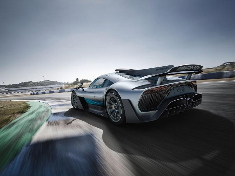 車身配色用上平治 F1銀箭顏色,整個形態扁平而闊。