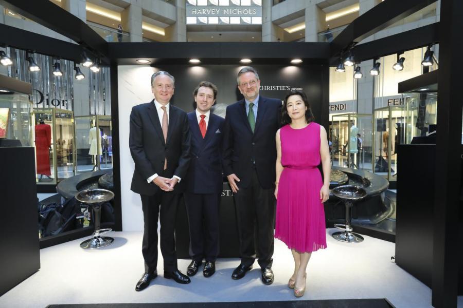 (右二)柯德莉•夏萍的兒子Sean Hepburn Ferrer及(右一)佳士得亞洲區總裁魏蔚與其他嘉賓一同出席展覽開幕禮