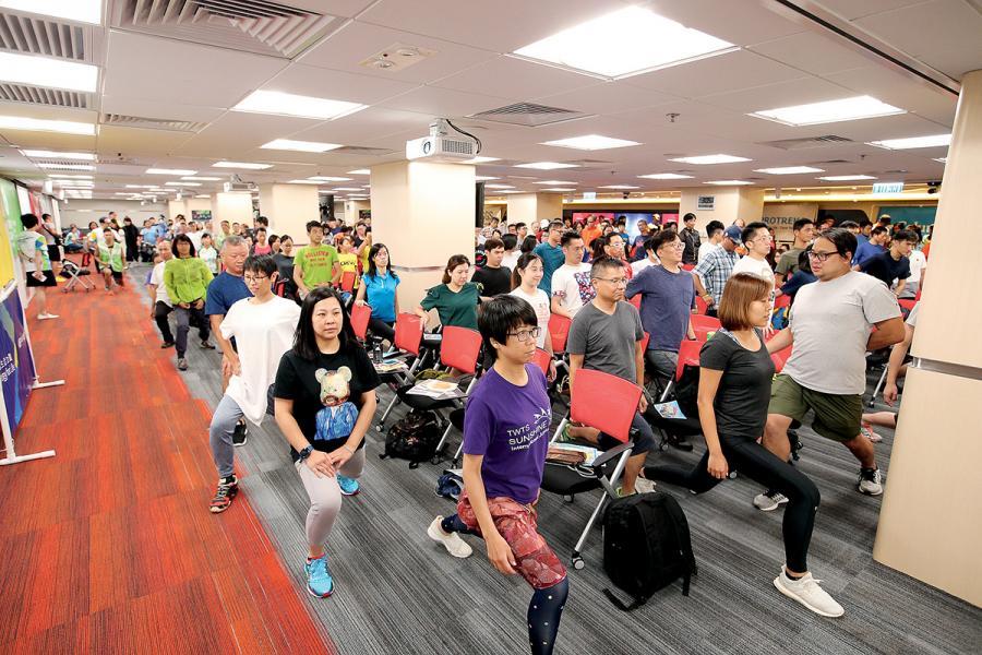 近300位參加者出席「樂施毅行者2018」簡介會,並即席示範熱身運動