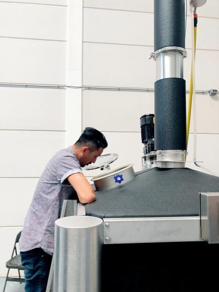 由於沒有蒸餾牌照,二人要不停往返荷蘭的蒸餾廠及香港之間。
