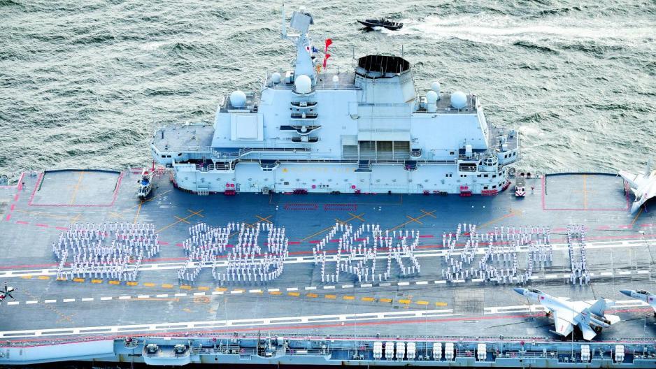 「遼寧艦」進入本港水域後,艦上人員組成「香港你好」的隊型。