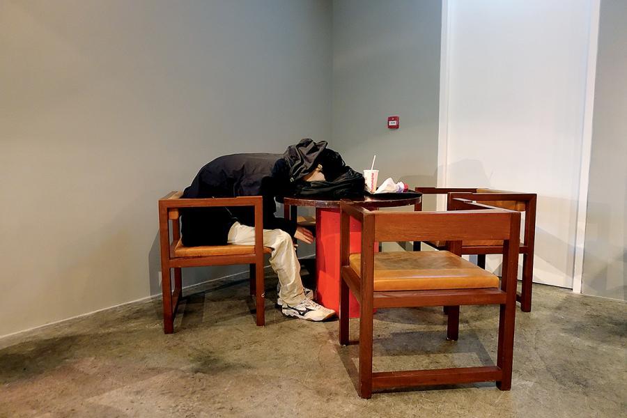香港新生代藝術家方琛宇帶來「麥難民」的情景。