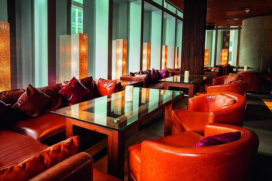 翻新後的Zuma,加強了室內整體的舒適感,以自然、傳統及人情味建構而成。