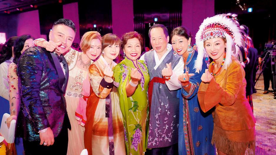 Lelia與眾好友一同出席朱太(金利豐集團總裁)的生日會。