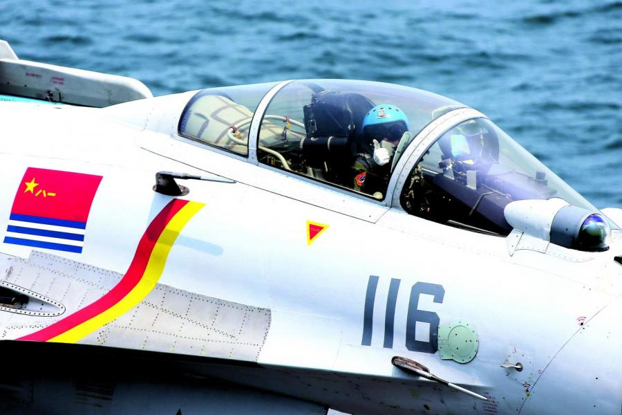 殲-15艦載戰鬥機飛行員示意準備完畢,可以起飛。