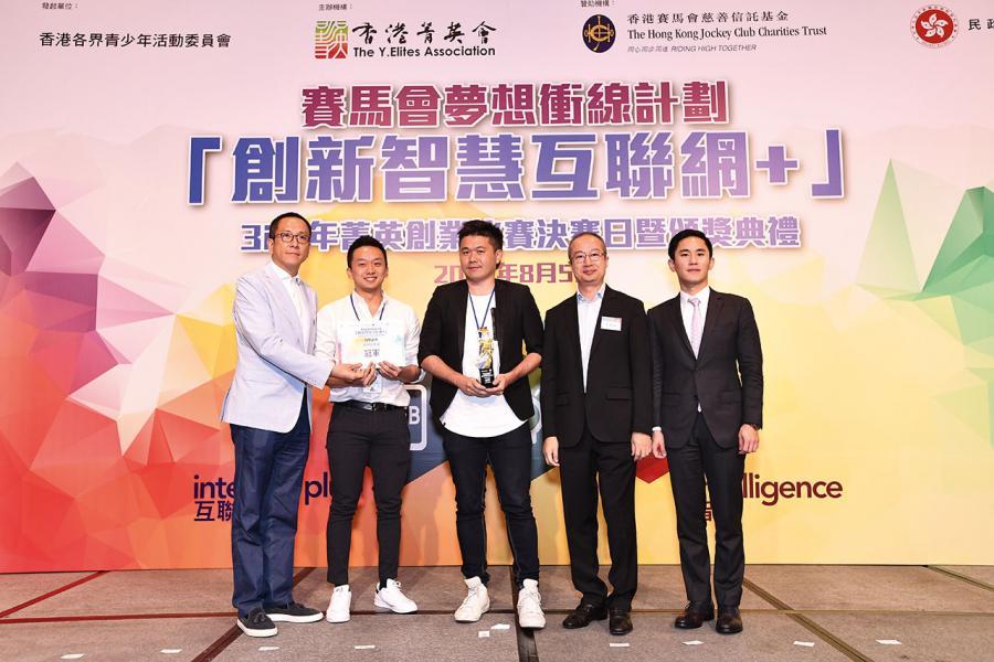 莊家彬(右一)於「創新智慧互聯網+」3i青年菁英創業比賽中擔任專家評委。