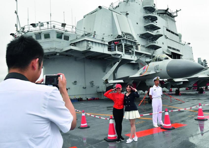 艦上官兵與參觀的市民合照,體現軍民魚水情。