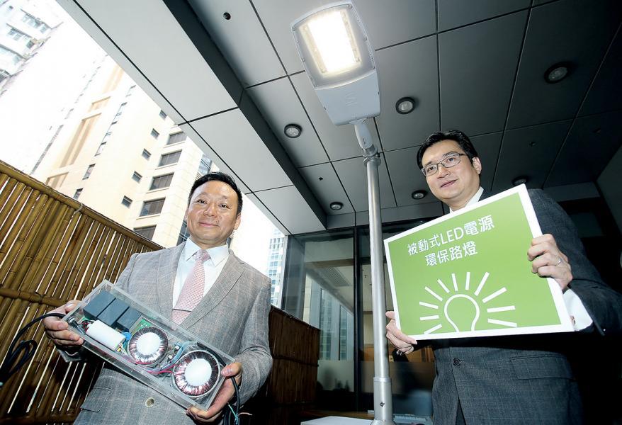 Federal Group Global早前進行發佈會,王漢邦 (左)與世界綠色組織行政總裁余遠騁 (右)向外界介紹「被動式LED電源」技術優勢