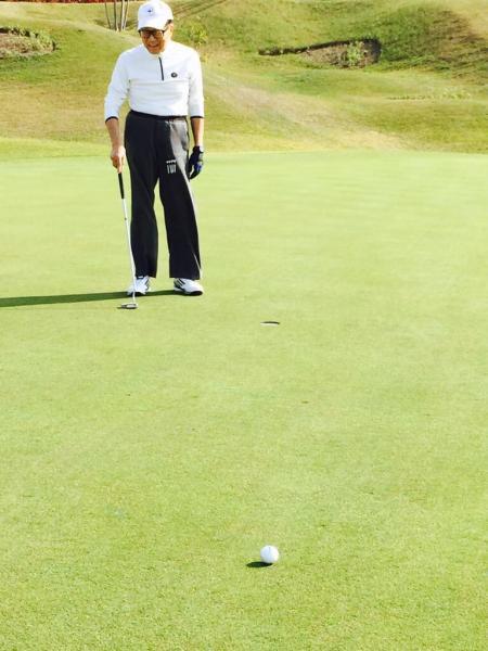 這位「香港首富」愛上高爾夫球生涯35載。