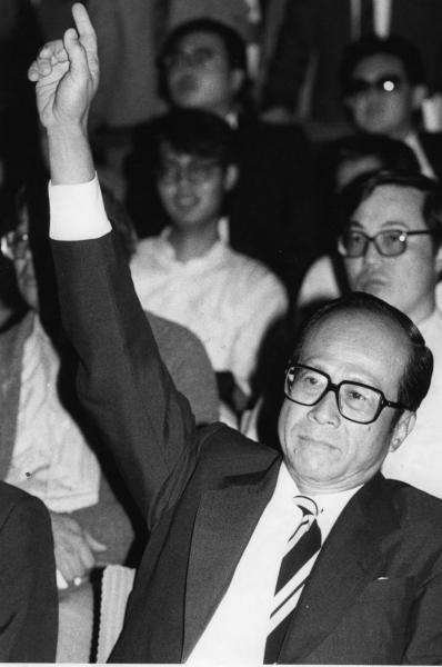 1958年,李嘉誠意識到香港土地求過於供,開始涉足地產業。圖為八十年代一次土地競投時,他出價時的招牌手勢。