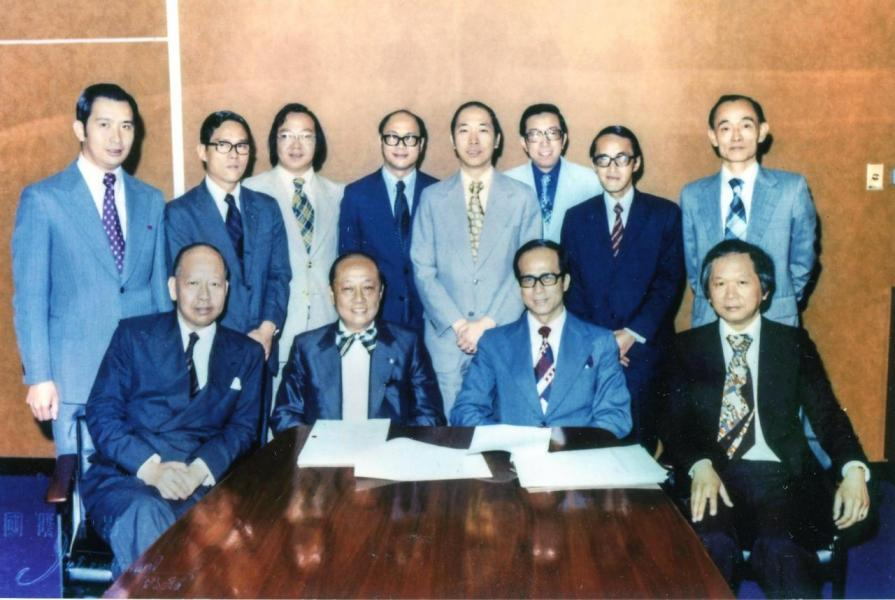 1974年,李嘉誠購入位於中區黃金地段的華人行。