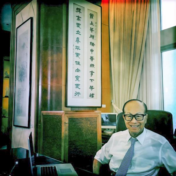 辦公室掛著的對聯內容,正是左宗棠的「發上等願,結中等緣,享下等福;擇高處立,就平處坐,向寬處行」。