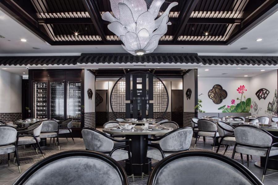 餐廳的室內裝潢以四合院為主題,設計別出心裁,滿室洋溢著濃厚的中國傳統色彩。