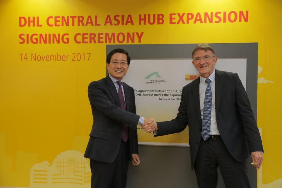 (右)DHL Express 行政總裁Ken Allen及香港機場管理局行政總裁林天福於位處香港國際機場的中亞區樞紐中心進行合作協議的簽署儀式